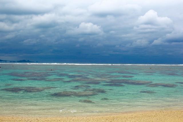 """9. หาดทรายสีขาวทอดยาวสุดสายตาที่ """"ชายหาดโยเนะฮาระ"""" (Yonehara Beach)"""
