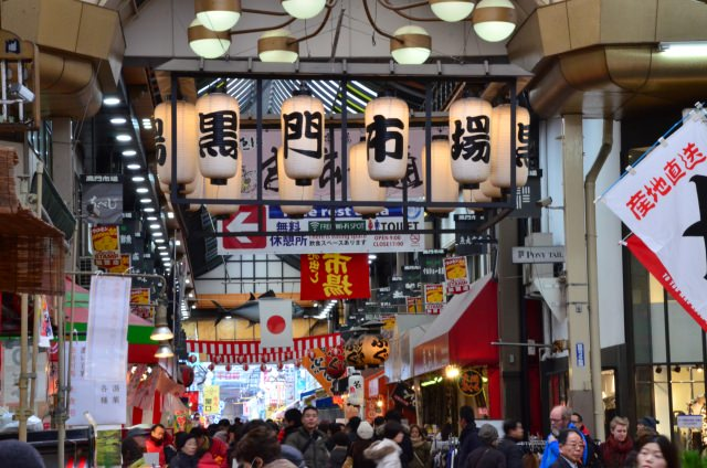 """8. ร้านอาหารอร่อยเนืองแน่นที่ """"ตลาดคุโระมง"""" (Kuromon Market)"""