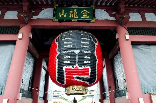 1. จุดที่เป็นหน้าเป็นตาของอาซาคุสะ เริ่มต้นการเดินทางที่ซุ้มประตูคามินาริมง (Kaminarimon Gate)