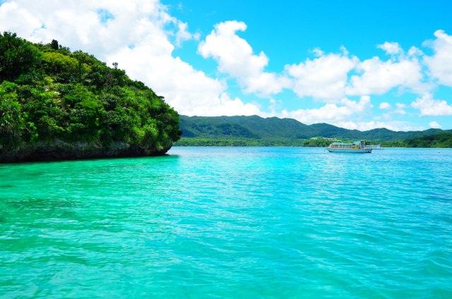 """10. สถานที่ท่องเที่ยวยอดนิยมในอิชิกากิชิกาคิ ที่ได้รับการคัดเลือกให้เป็นหนึ่งในทิวทัศน์ยอดเยี่ยมร้อยสถานที่ของประเทศญี่ปุ่น """"อ่าวคาบิระ"""" (Kabira Bay)"""