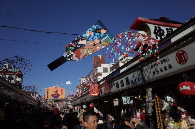 2. ถนนสายที่พร้อมไปด้วยของฝากที่ให้บรรยากาศแบบเมืองเก่าเอโดะที่ ถนนนากามิเสะ (Nakamise)