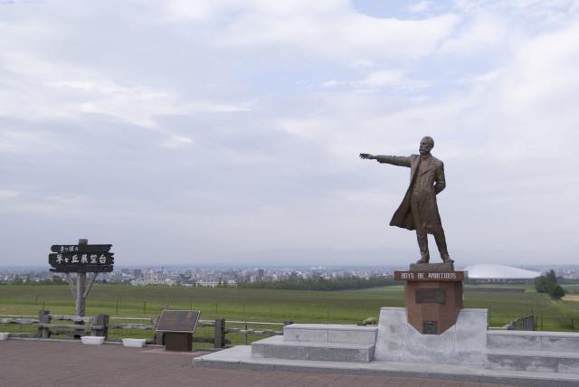 """4. เบื้องหลังรูปปั้นของดร.คล้าก มีหอดูดาวตั้งตระหง่าน """"หอดูดาวฮิสึจิกาโอกะ"""" (Hitsujigaoka Observatory)"""