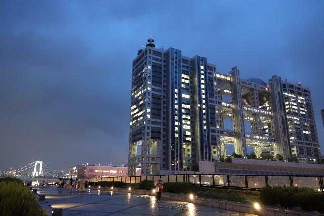 1. ตึกที่มีรูปร่างคล้ายลูกโลก สถานีโทรทัศน์ฟูจิ 「フジテレビ」