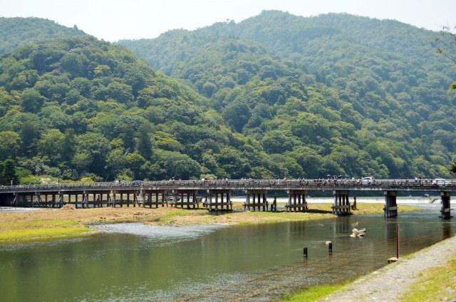 2. จุดชมใบไม้เปลี่ยนสี ทัศนียภาพที่มีภูเขาเป็นฉากหลัง สะพานโทเก็ตสึเคียว「渡月橋」